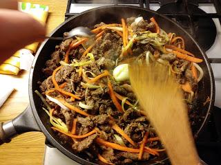 Orientalna Wołowina z makaronem ryżowym