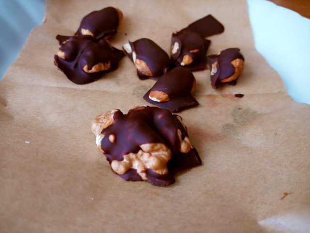 Migdały i orzechy w gorzkiej czekoladzie