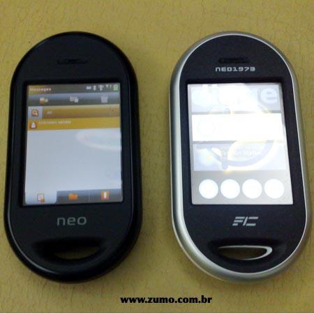OpenMoko: í esquerda, o modelo novo; í direita, o Neo 1973