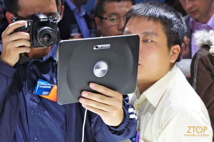 O Galaxy Tab 10.1 visto... de trás (e o primo do Nagano encantado com a tela!)