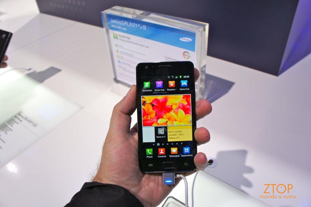 Samsung Galaxy S II na mão: tela AMOLED Plus incrível, aparelho muito fino e leve
