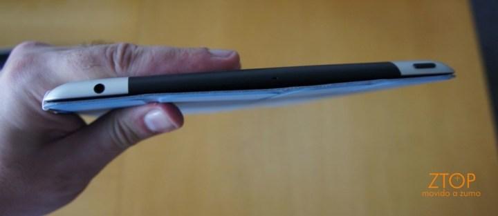 Visto por cima, conector de fones de ouvido padrão 3,5 mm e botão liga/desliga
