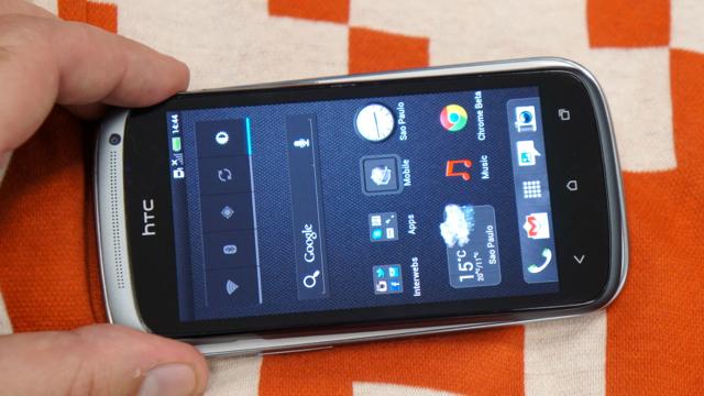 HTC One S em cima do Galaxy S III