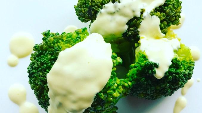 Broccolie mit Sauce Hollandaise