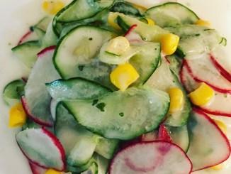Gurkensalat mit Radieschen und Mais