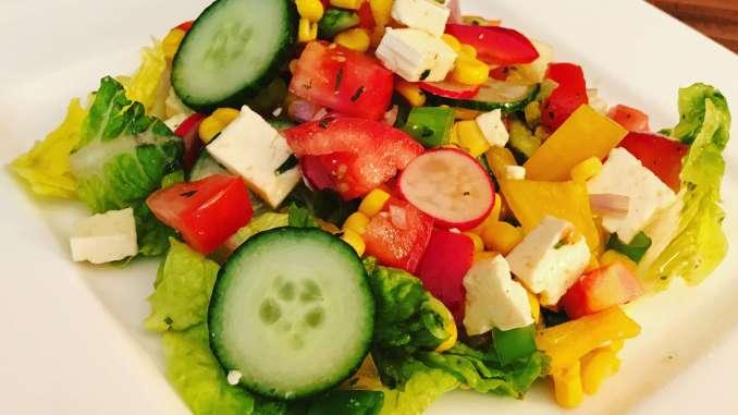 Bunter Salat Teller mit Zitronen Kräuter Dressing