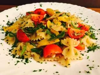 Nudelsalat mit Balsamico Dressing Tomaten und Rucola