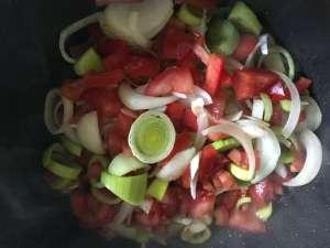 Gemüse für Lachsbraten anschwitzen