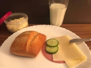 Frühstück mit selbst gemachter Butter und Buttermilch