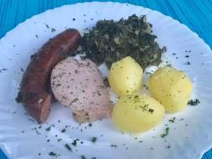 Serviervorschlag Grünkohl mit Kassler  Kohlwurst und Kartoffeln