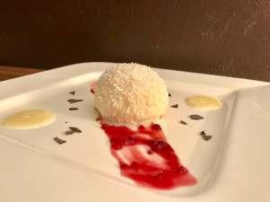 Serviervorschlag Gefüllte Grießbällchen in Weißer Schokolade auf Roter Grütze