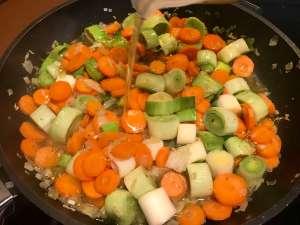 Wildlachs Steak auf Porree Karotten Gemüse mit Reis Slow Cooking