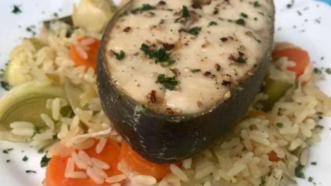 Wildlachs Steak auf Porree Karotten Gemüse mit Reis