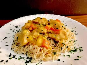 Thai Curry Hähnchen Geschnetzeltes auf Mie Nudeln Serviervorschlag