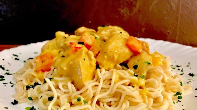 Thai Curry Hähnchen Geschnetzeltes auf Mie Nudeln