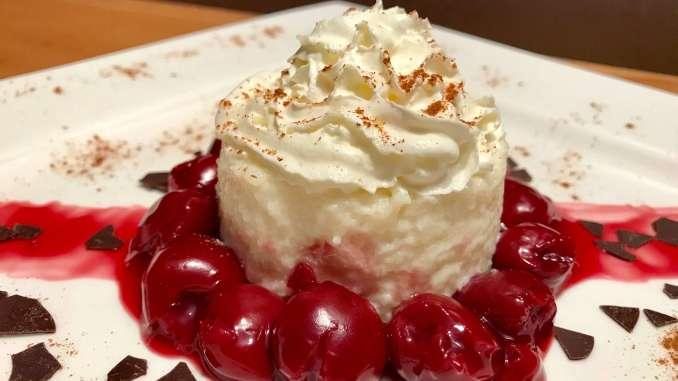 Grieß Pudding mit warmen Kirschen Dessert