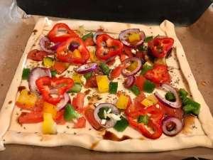 Vegetarische Balsamico Blätterteig Pizza Zubereitung