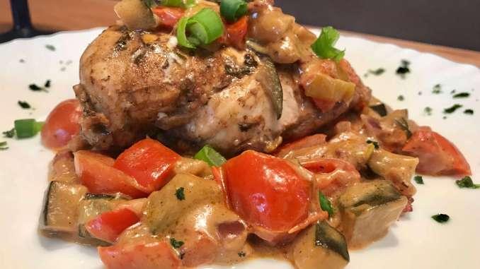Balsamico Hähnchenbrust auf Gemüse und Ziegenkäse Soße