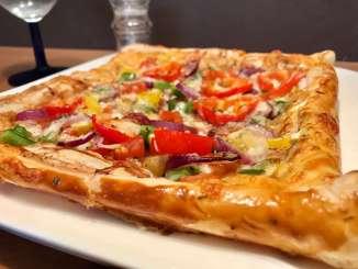 Vegetarische Balsamico Blätterteig Pizza