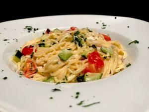 Spaghetti in einer Käse Zucchini Soße Serviervorschlag