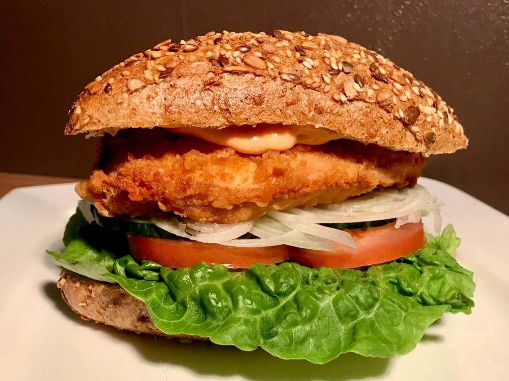 Crispy Chicken Burger mit frischen Zutaten