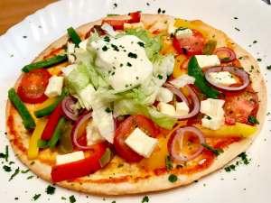 Serviervorschlag Vegetarische Tortilla Pfannen Pizza mit Feta