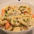 Serviervorschlag Nudelsalat mit Erbsen Möhren und Champignons