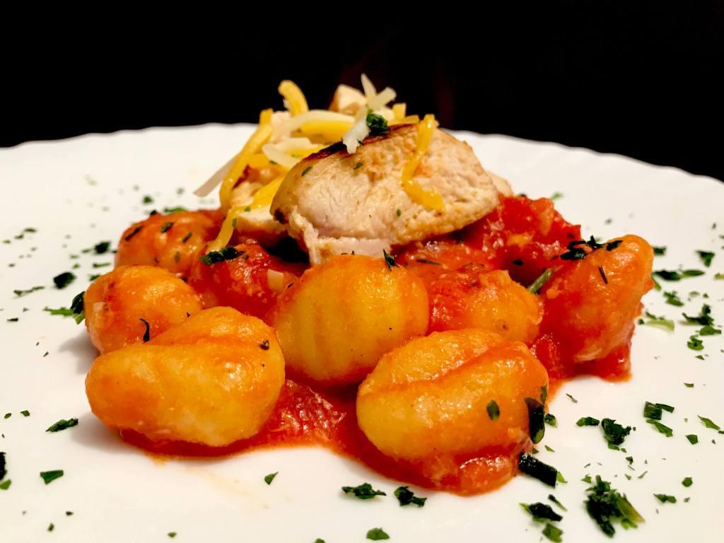 Hähnchenbrust auf Gnocchi in Tomatensauce