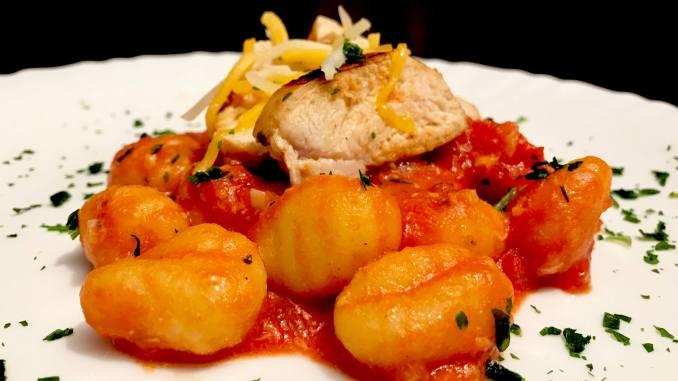 Serviervorschlag Hähnchenbrust auf Gnocchi in Tomatensauce
