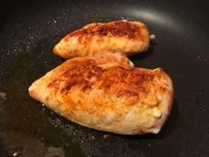 Hähnchenbrüst anbraten für Hähnchenbrust auf Gnocchi in Tomatensauce