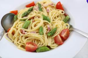 Spaghetti alla Carbonara mit gebratenen grünen Spargel Serviervorschlag