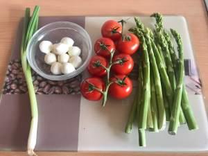 Grüner Spargel Salat mit Tomaten und Mozzarella Zutaten
