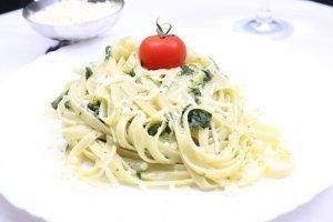 Tagliatelle in einer Spinat Sahne Soße Serviervorschlag