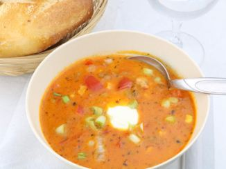 Scharfe Ajvar Suppe mit Hackfleisch