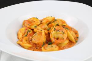 Serviervorschlag One Pot Tortellini in einer Tomaten Schinken Frischkäse Soße