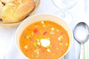 Scharfe Ajvar Suppe mit Hackfleisch Serviervorschlag