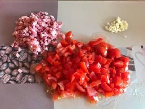 Vorberitungen One Pot Tortellini in einer Tomaten Schinken Frischkäse Soße