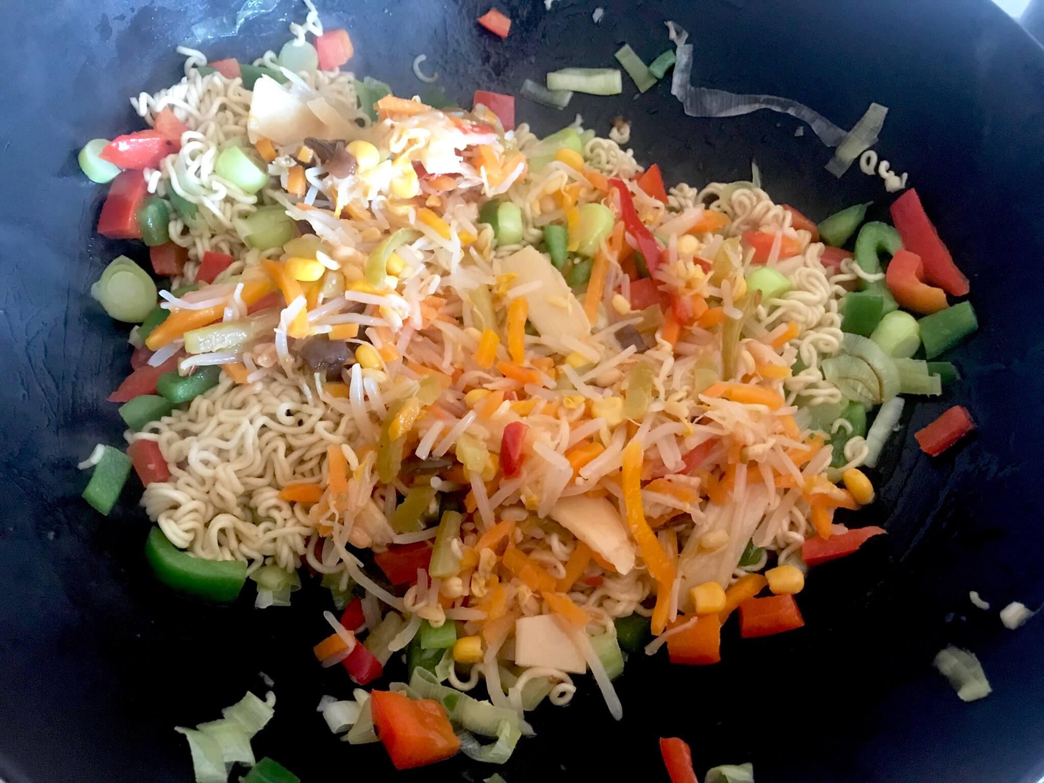 Zubereitung Gebratene Mie Nudeln mit Teriyaki Gemüse