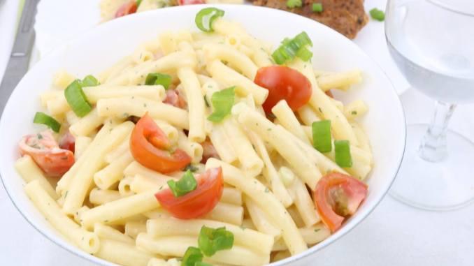 White BBQ Nudelsalat mit Tomaten Serviervorschlag