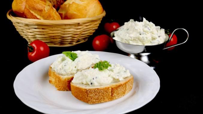 Einfach und Lecker Oliven Feta Frischkäse Dip