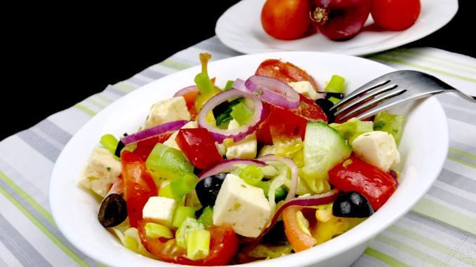 Serviervorschlag Hirtensalat mit Kräuter Balsamico Dressing