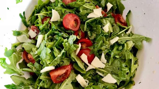 Zubereitung Rucola Parmesan Salat mit einem Balsamico Honig Dressing