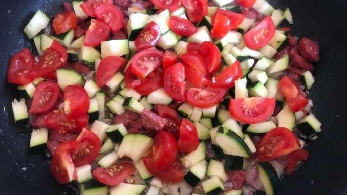 Zubereitung Herzhafte Sucuk Zucchini Nudel Pfanne