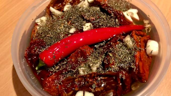 Zubereitung getrocknete Tomaten in Knoblauch Chili Öl