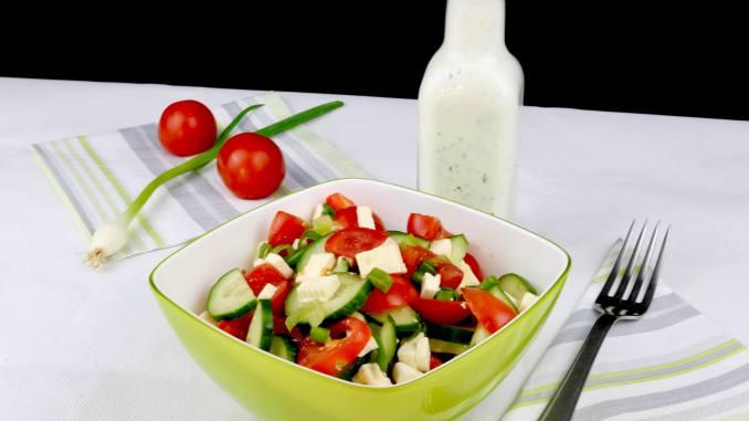 Zubereitung Tomaten Feta Gurkensalat mit Zitronen Joghurt Dressing