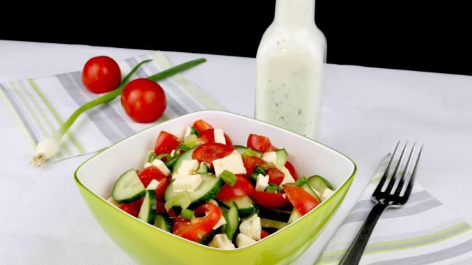 Tomaten Feta Gurkensalat mit Zitronen Joghurt Dressing