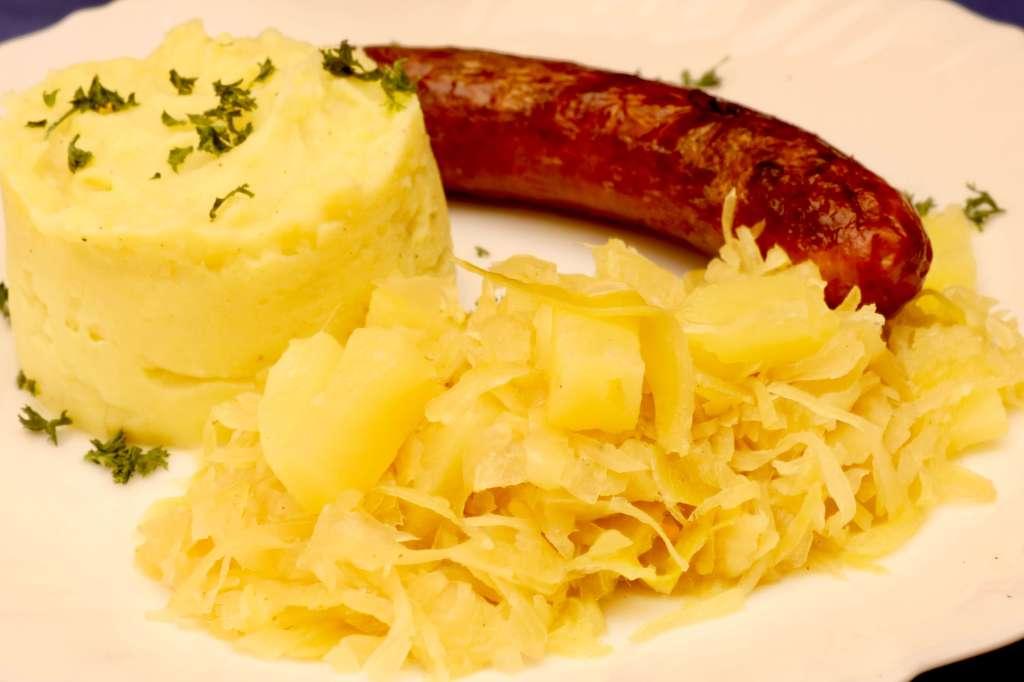 Sauerkraut mit Ananas Kartoffelpüree und Würstchen