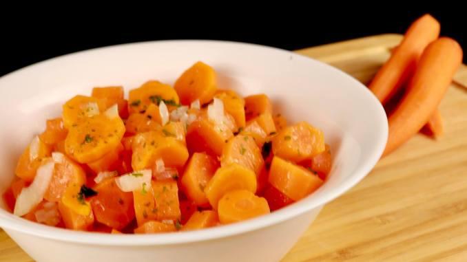 GeEinfache Beilage gekochter süßer Karottensalat