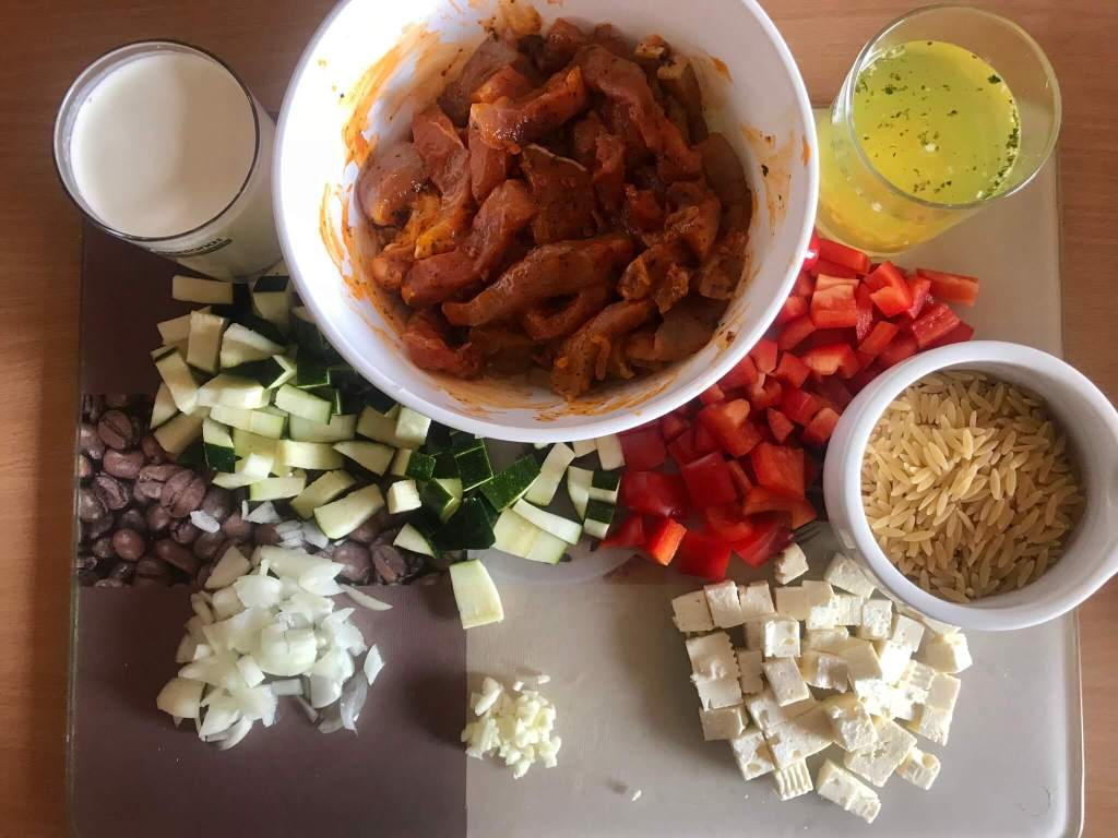 Vorbereitung Kritharaki Gemüse Gyros Pfanne mit Feta Käse