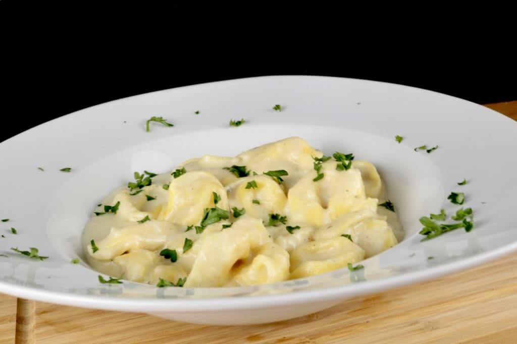 Zubereitung One Pot Tortellini mit dreierlei Käsesoße